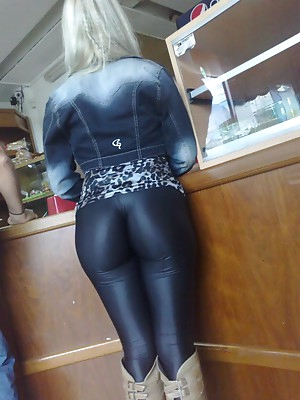 Tight amateur pussy in latex. HQ latex porn pictures.